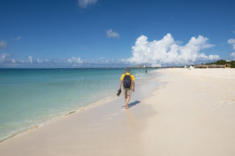 Задний взгляд человека идя на карибский пляж 3 стоковое изображение rf