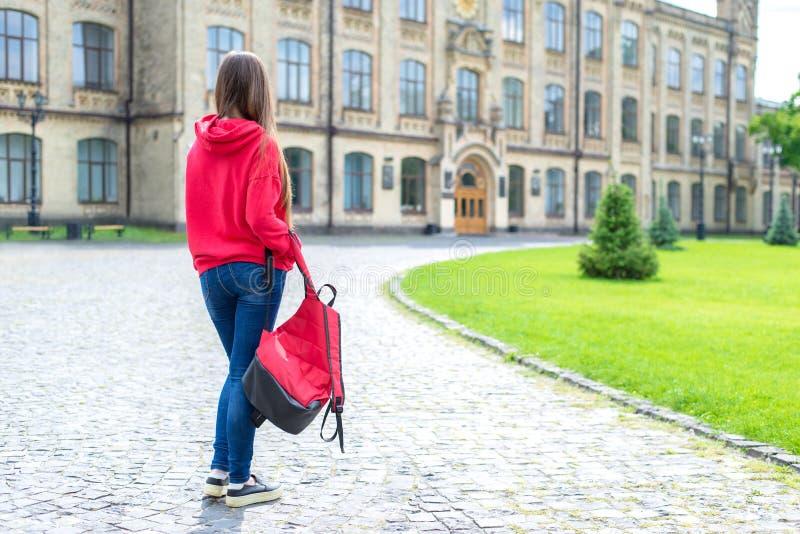 Задний зад за полным фото размера длины тела тапок грустного расстроенного несчастного хипстера подростка предназначенного для по стоковые фотографии rf