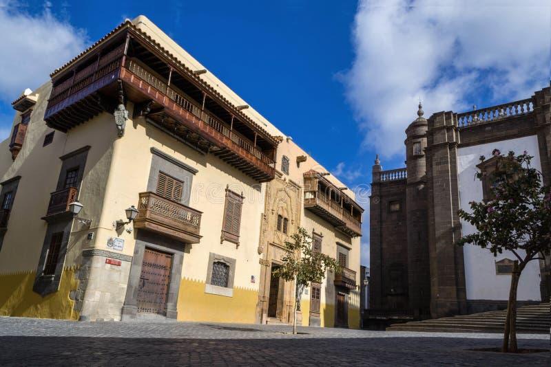 Задний квадрат собора Санта-Ана, желтого здания с деревьями i стоковая фотография rf