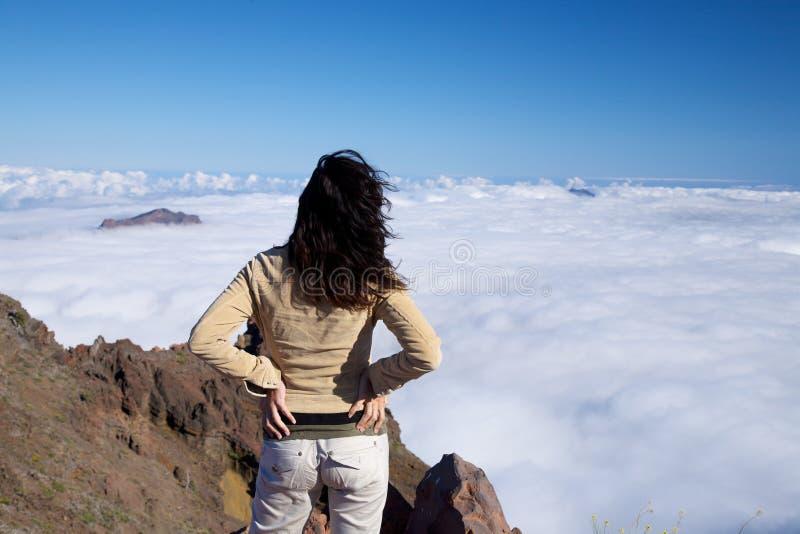 задний океан тумана над женщиной стоковые изображения