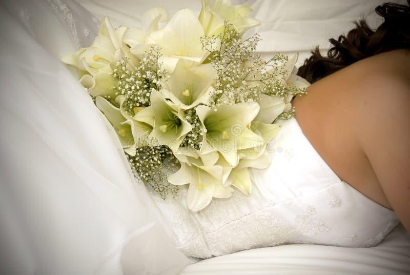 задняя белизна цветка s невесты букета стоковое фото