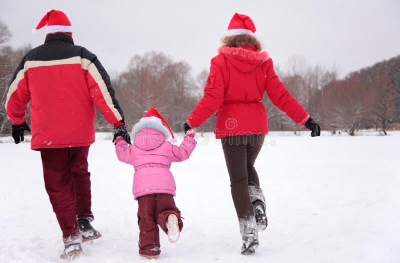 задняя зима бега родителей ребенка стоковые фотографии rf