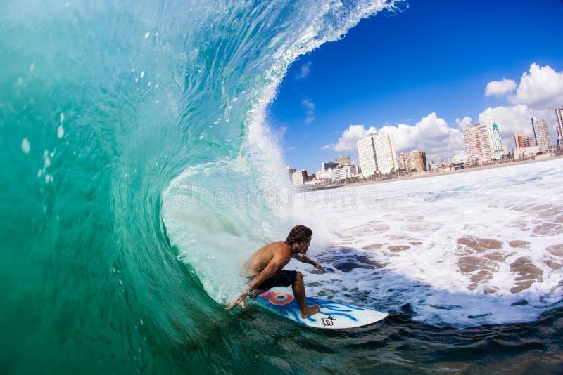 Задняя сторона волн потехи лета занимаясь серфингом   стоковая фотография