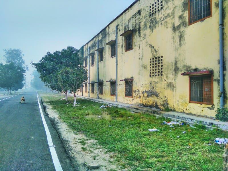 Задняя сторона здания вместе с дорогой стоковые изображения rf