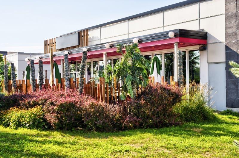 Задняя сторона здания ресторана Отсутствие людей на террасе стоковая фотография