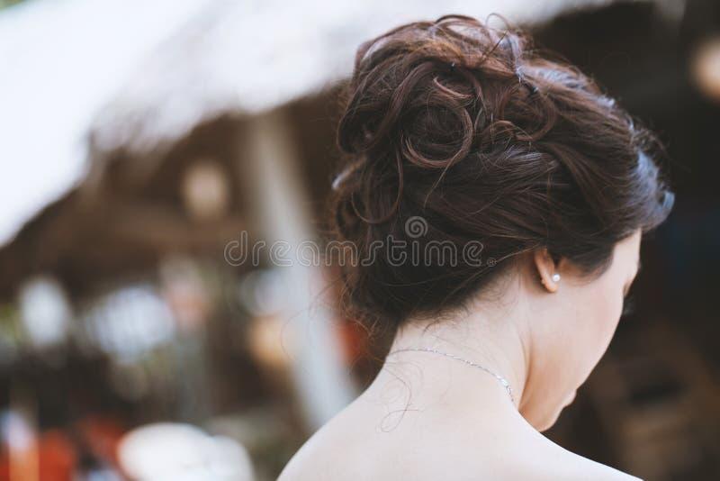 Задняя сторона молодого азиатского hairstyling шоу женщины стоковые фото