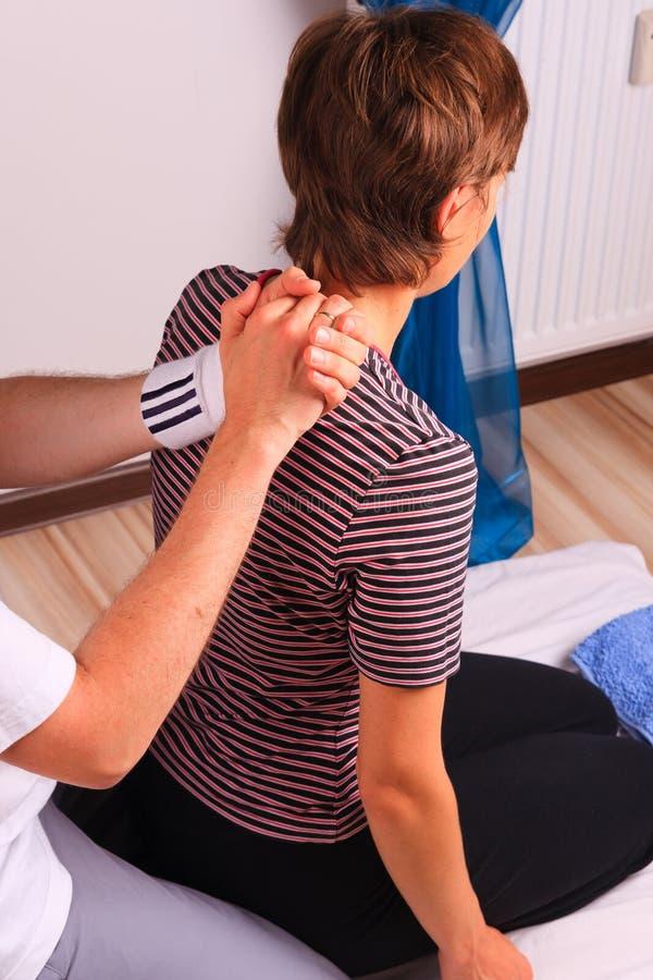 задняя часть получает детенышей женщины массажа kneeling стоковое фото rf