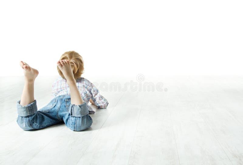 Задняя часть ребенка лежа вниз, смотрящ вперед стоковые изображения rf