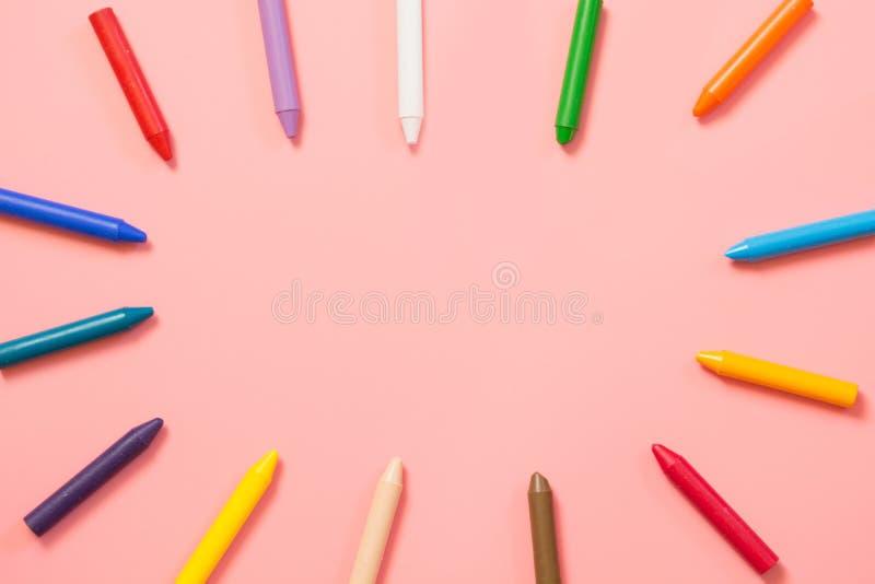 задняя школа к Красочные crayons воска на пинке скопируйте космос Взгляд сверху стоковая фотография