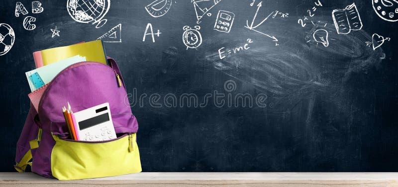 задняя школа backpack к стоковое изображение rf