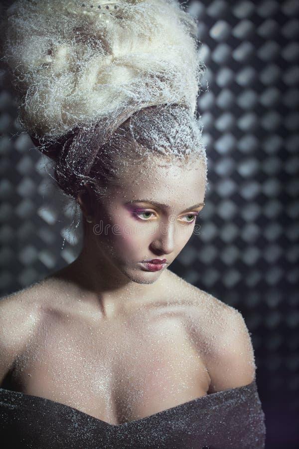 задумчивая женщина снежка портрета стоковые фото