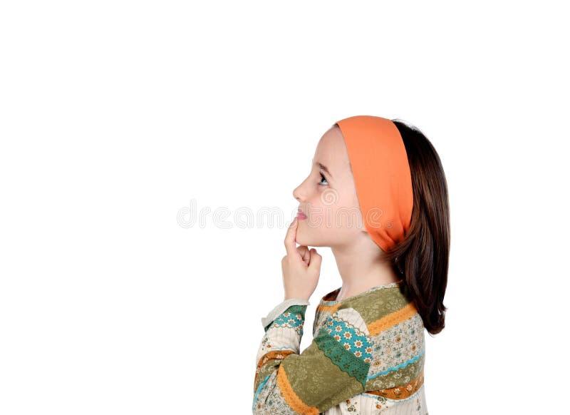 Задумчивая малая девушка представляя что-то стоковые изображения