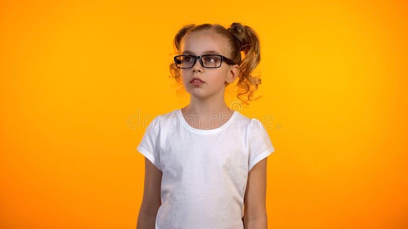 Задумчивая подростковая школьница смотря в сторону, планируя будущая карьера, маленький гений стоковое изображение rf