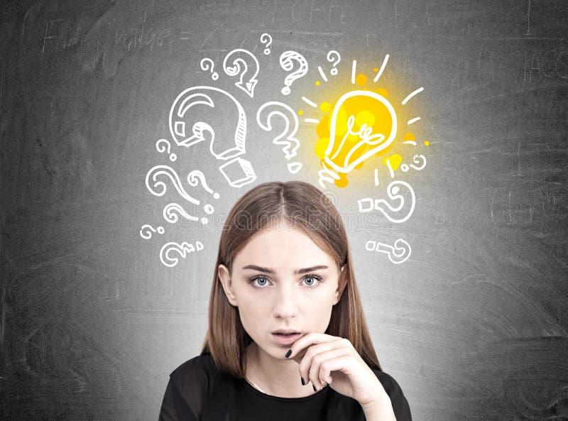 Задумчивая предназначенная для подростков девушка, электрическая лампочка, вопросы стоковые фотографии rf