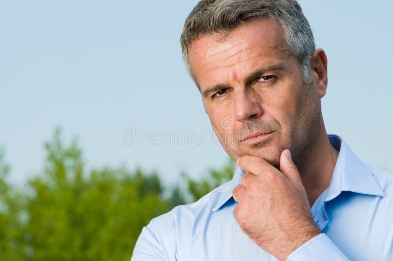 задумчивое бизнесмена возмужалое стоковая фотография rf