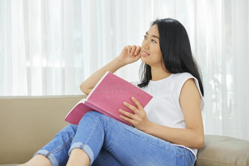 Задумчивое чтение девочка-подростка стоковое изображение