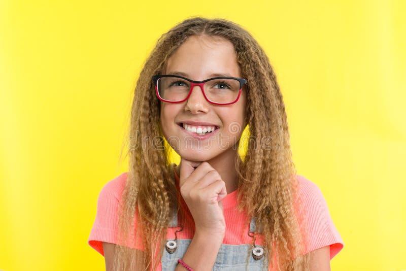 Задумчивые романтичные мечты девушки подростка Желтая предпосылка студии стоковая фотография rf