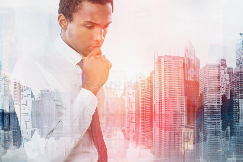 Задумчивый Афро-американский бизнесмен в городе иллюстрация вектора