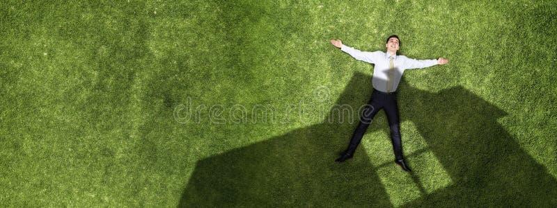 Задумчивый бизнесмен на траве стоковая фотография rf