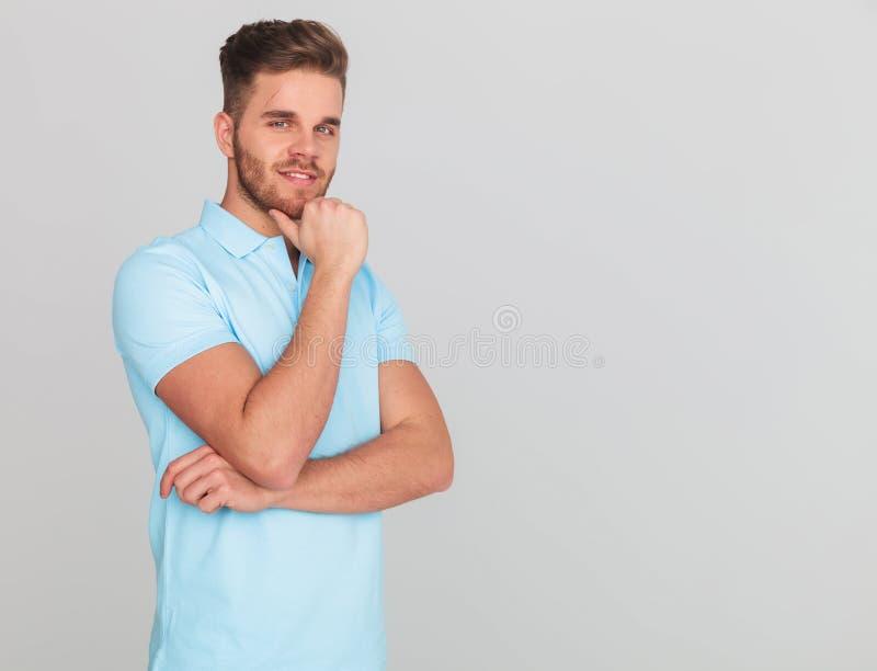 Задумчивый вскользь человек нося рубашку поло с короткими рукавами стоковое изображение