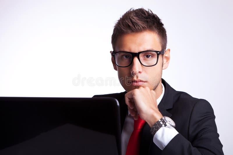 Задумчивый серьезный бизнесмен на столе стоковая фотография rf