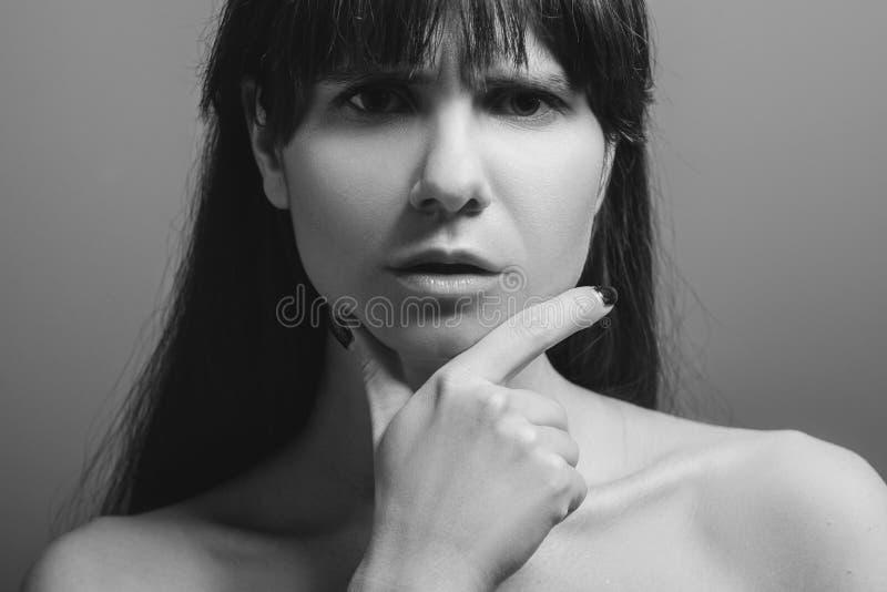 Задумчивый смущенный милый портрет дамы стоковые фотографии rf