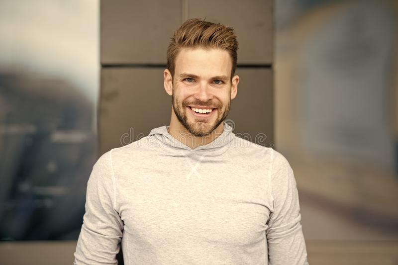 Задушевная концепция улыбки Человек с предпосылкой идеальной гениальной стороны улыбки небритой городской Выражение Гай счастливо стоковое изображение