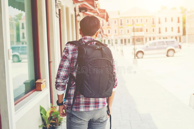 Зад молодого путешественника с рюкзаком, приключение путешествуя vacati стоковая фотография