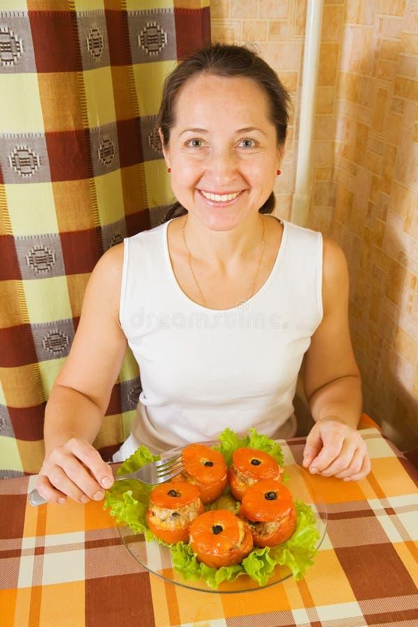 зажаренная в духовке женщина заполненного томата стоковое фото