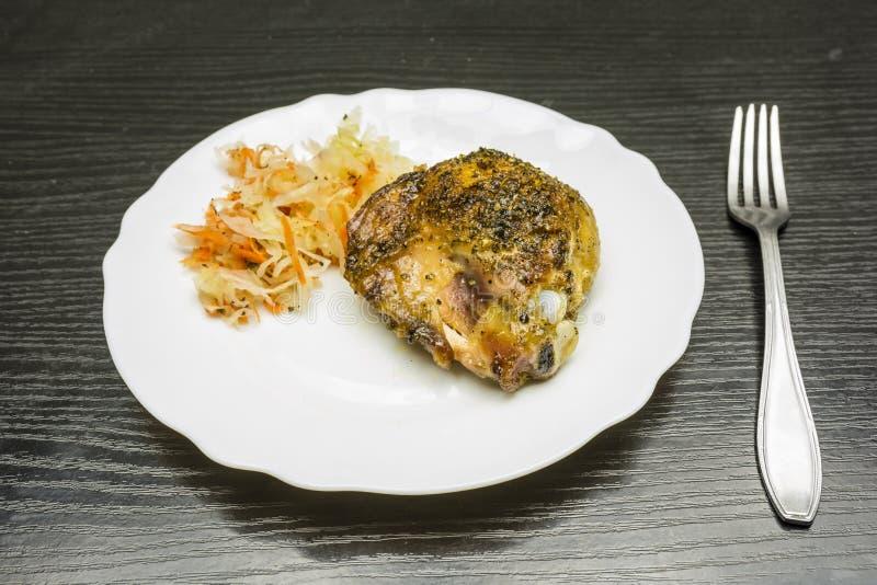 Зажаренная в духовке нога цыпленк цыпленка с vegetable салатом стоковая фотография