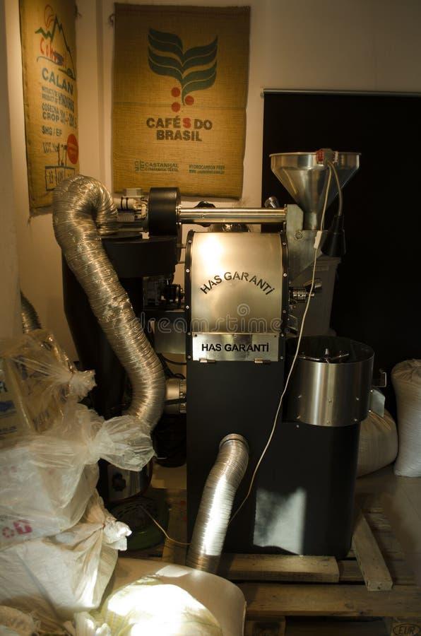 Зажаренная в духовке руководством машина кофе стоковое фото rf