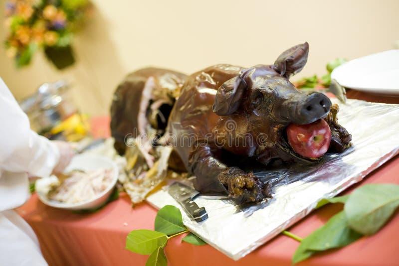 зажаренная в духовке свинья стоковые фото