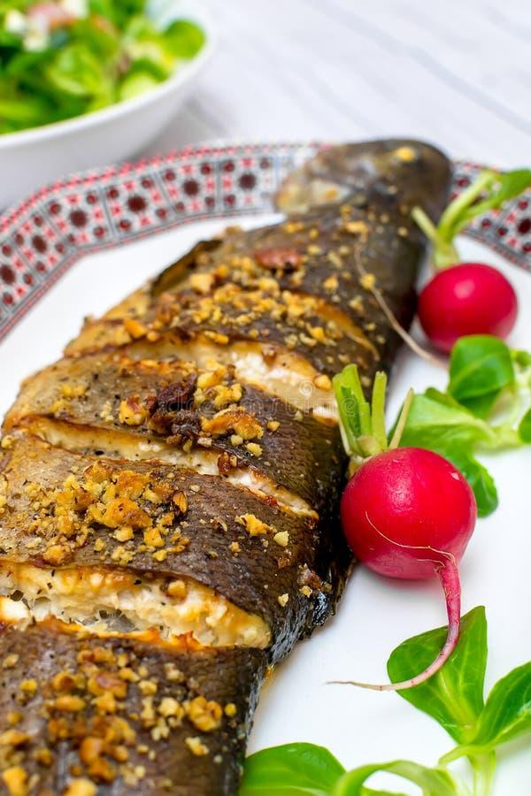 Зажаренная в духовке форель с грецкими орехами овощей и голубым сыром стоковые фотографии rf