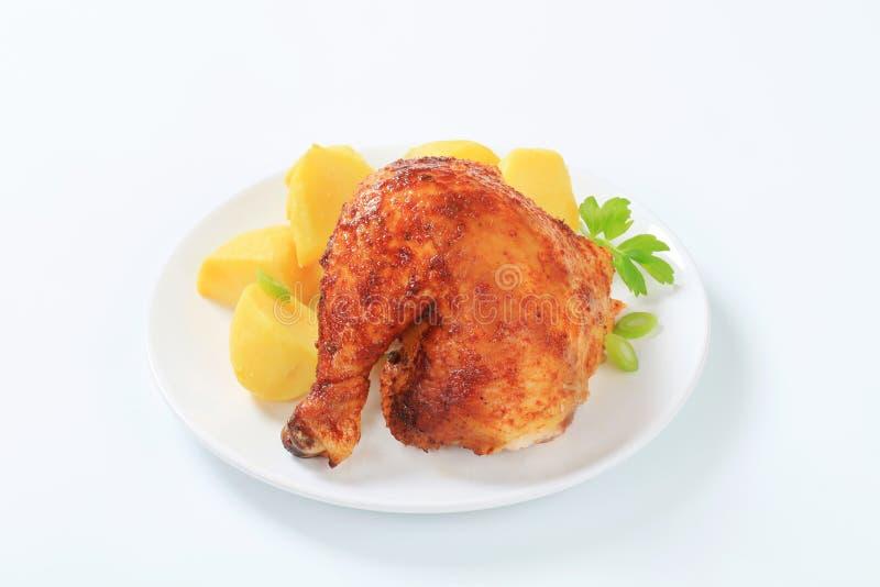 Зажаренная в духовке чесноком нога цыпленк цыпленка с картошками стоковая фотография