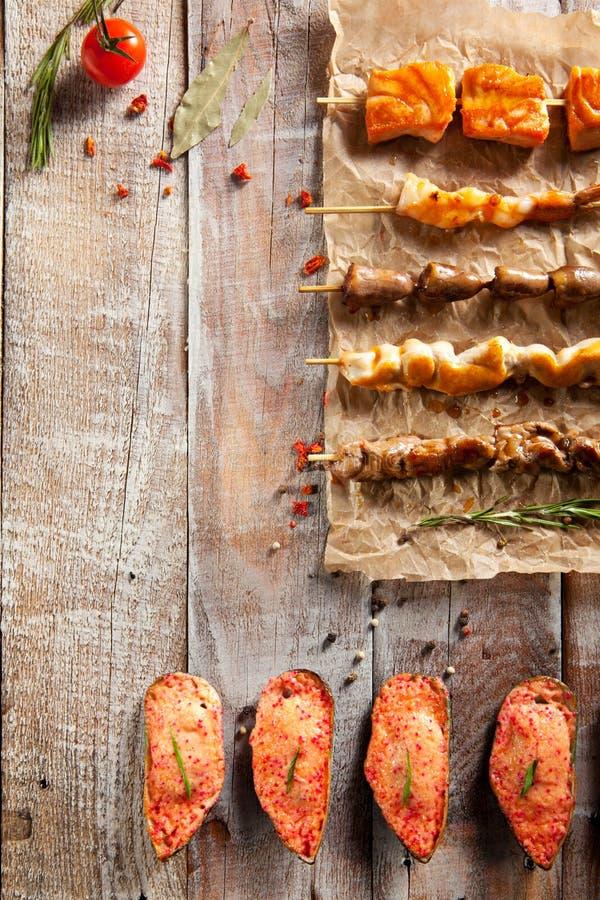 Зажаренная еда и испеченные мидии стоковые изображения