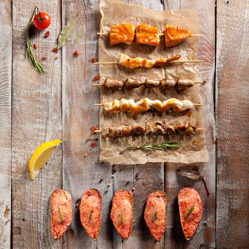 Зажаренная еда и испеченные мидии стоковое фото