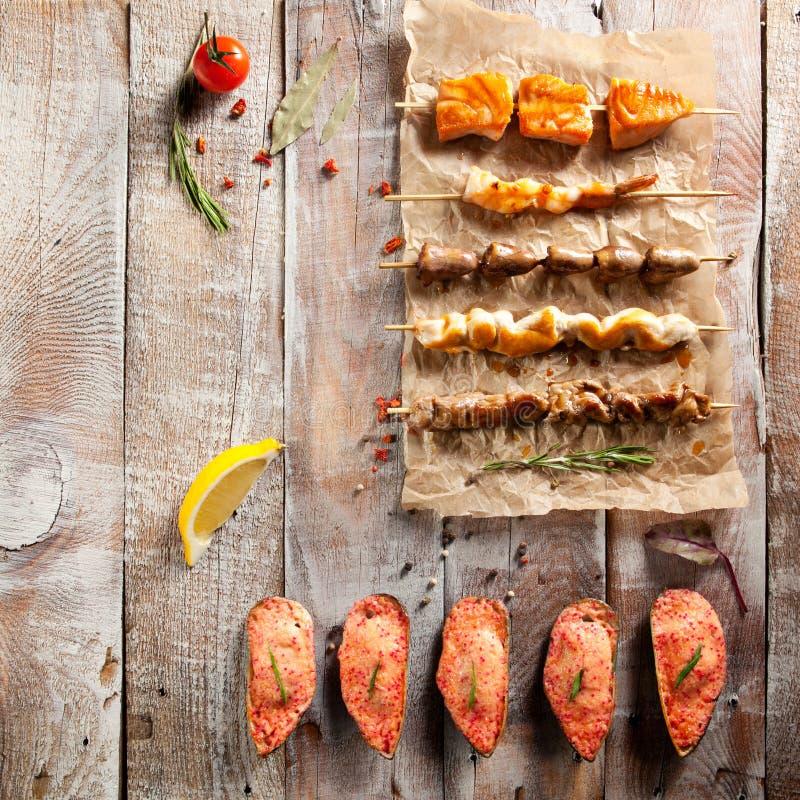Зажаренная еда и испеченные мидии стоковое изображение rf