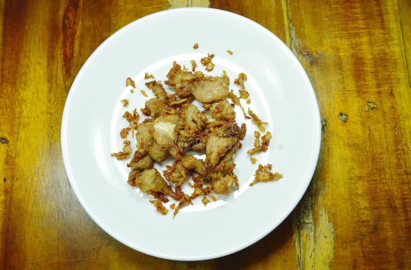 Зажаренная заквашивать косточка свинины с чесноком и перцем на плите стоковая фотография