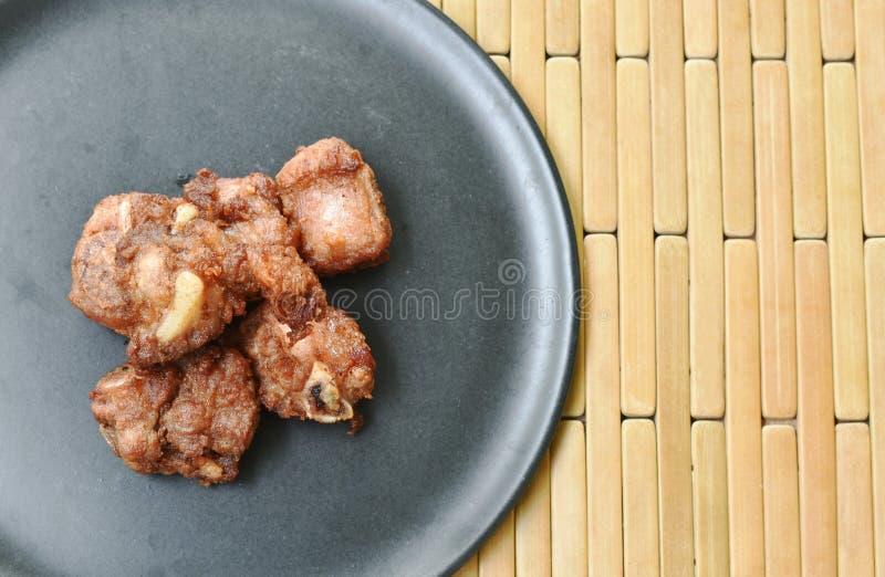 Зажаренная заквашивать косточка свинины с чесноком на плите стоковые фото