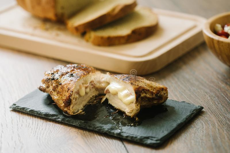 Зажаренная, заполненная куриная грудка с хлебом и салат стоковая фотография rf