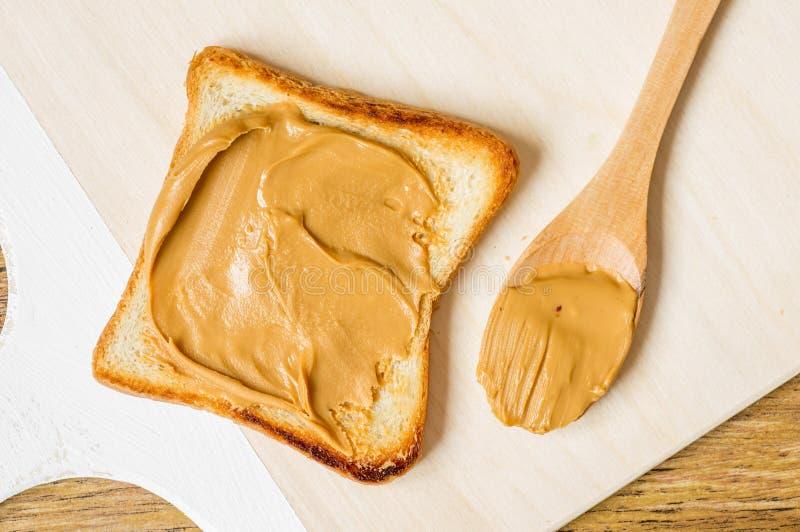 Зажаренная здравица с арахисовым маслом стоковые изображения rf
