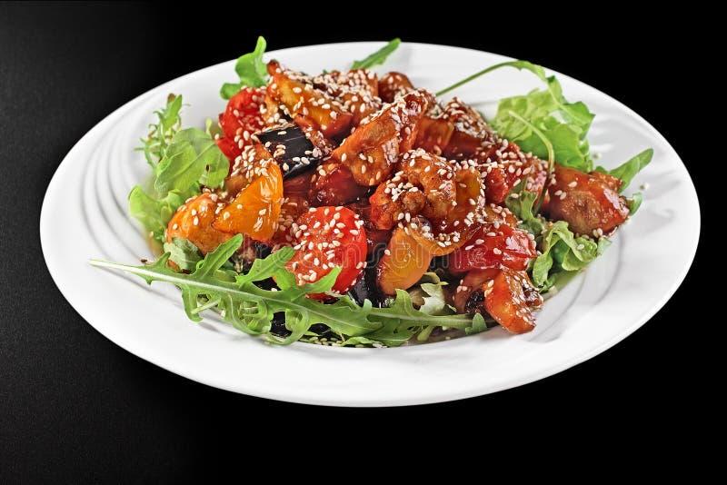 Зажаренная куриная грудка и конец-вверх овощей лета на плите на таблице горизонтальный взгляд сверху стоковая фотография