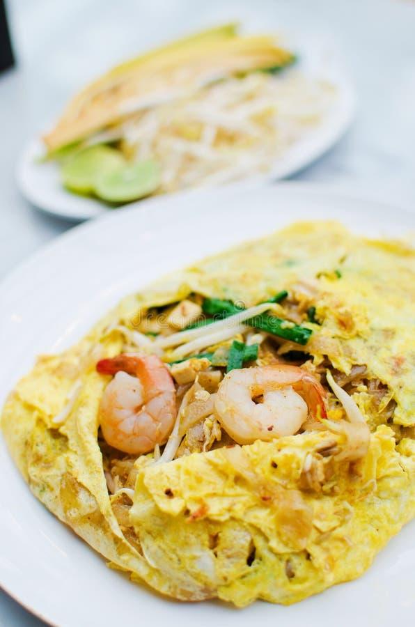 Зажаренная лапша обернутая с яичками, тайская еда типа стоковые изображения