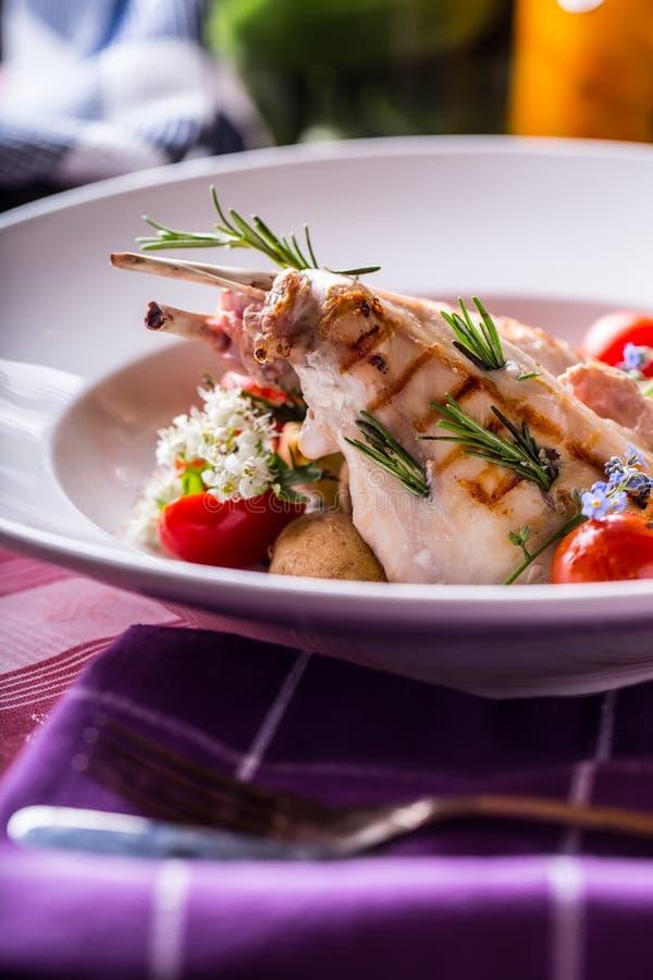 Зажаренная нога кролика с украшением розмаринового масла и овоща стоковое изображение rf