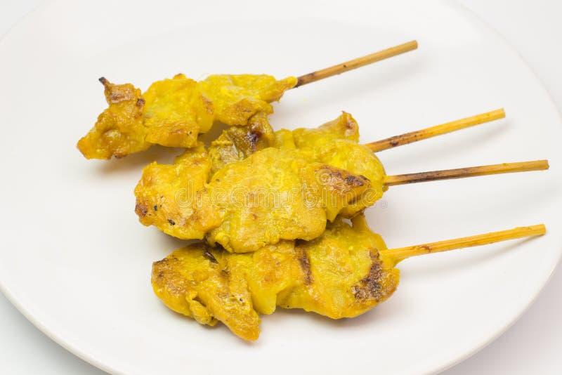 Зажаренная свинина satay с соусом и уксусом арахиса на белом блюде и белом изоляте предпосылки стоковая фотография rf