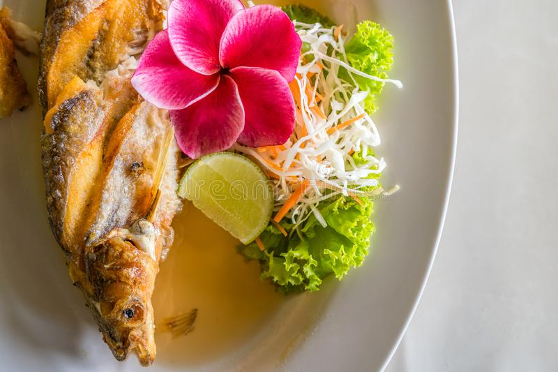 Зажаренная Тайская кухня рыб стоковые изображения rf