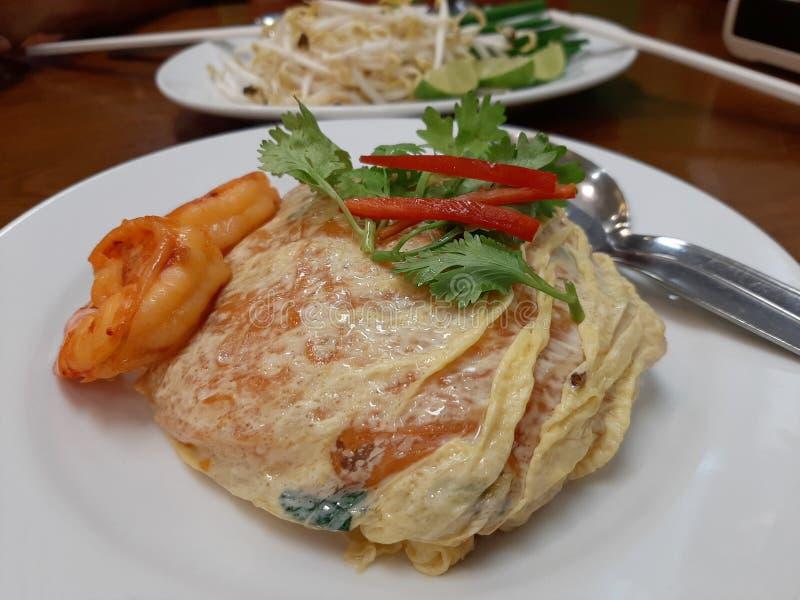 Зажаренная тайская лапша с креветкой в оболочке в яйце, Padthai с обручем яйца стоковое фото