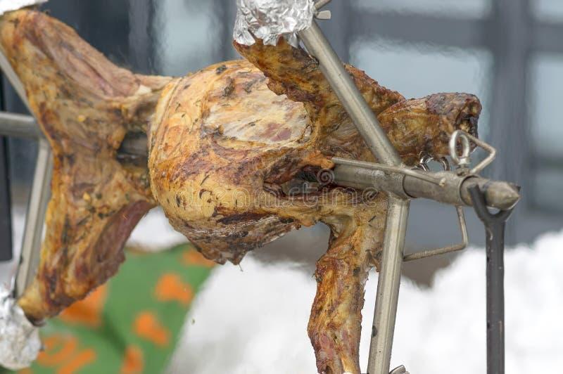 Зажаренная туша овечки на вертеле стоковое изображение