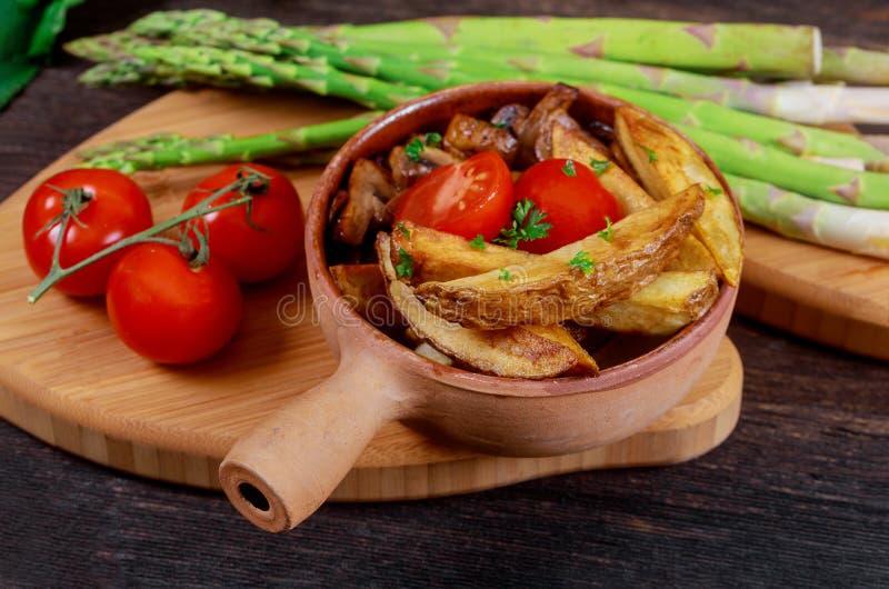 Зажаренная французская картошка с грибами свежими зелеными спаржей и томатами стоковая фотография rf