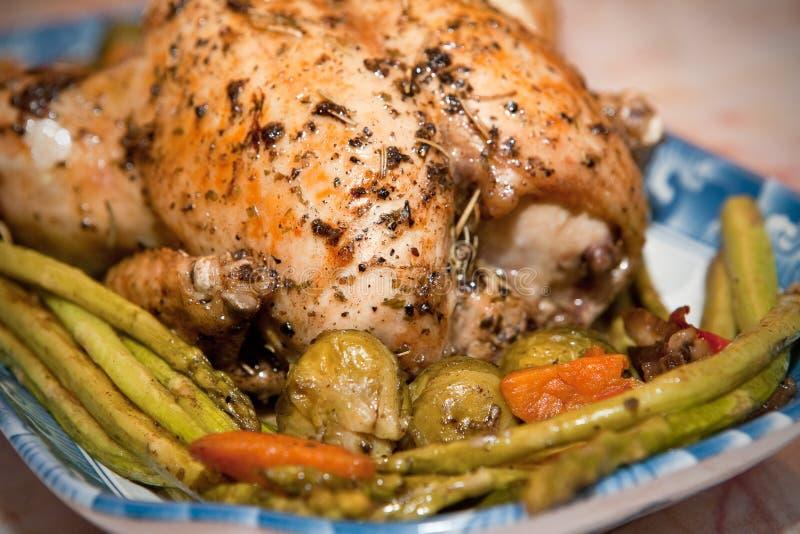 зажаренное в духовке жаркое цыпленка спаржи стоковая фотография